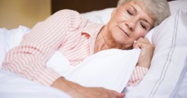 Ältere Dame schläft im Bett